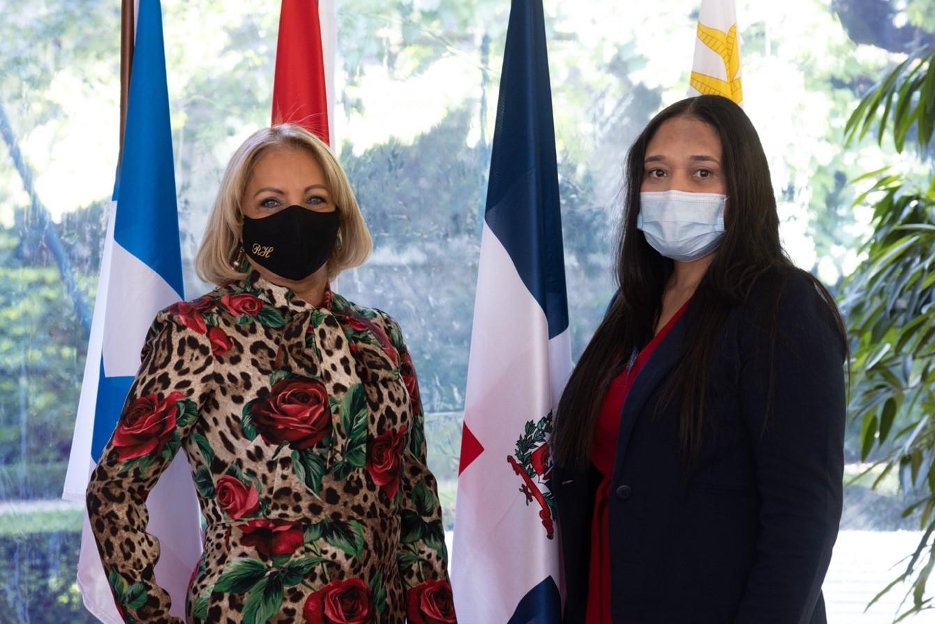 Su Excelencia Rosa Hernandez de Grullon junto a la Dra. Raquel Mercedes durante la ceremonia de condecoracion.